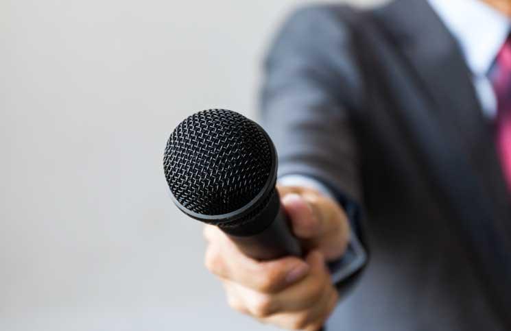 محكمة النشر: للصحفي توجيه جميع الأسئلة إلى المسؤولين، والاعتداء عليه جريمة مشدّدة